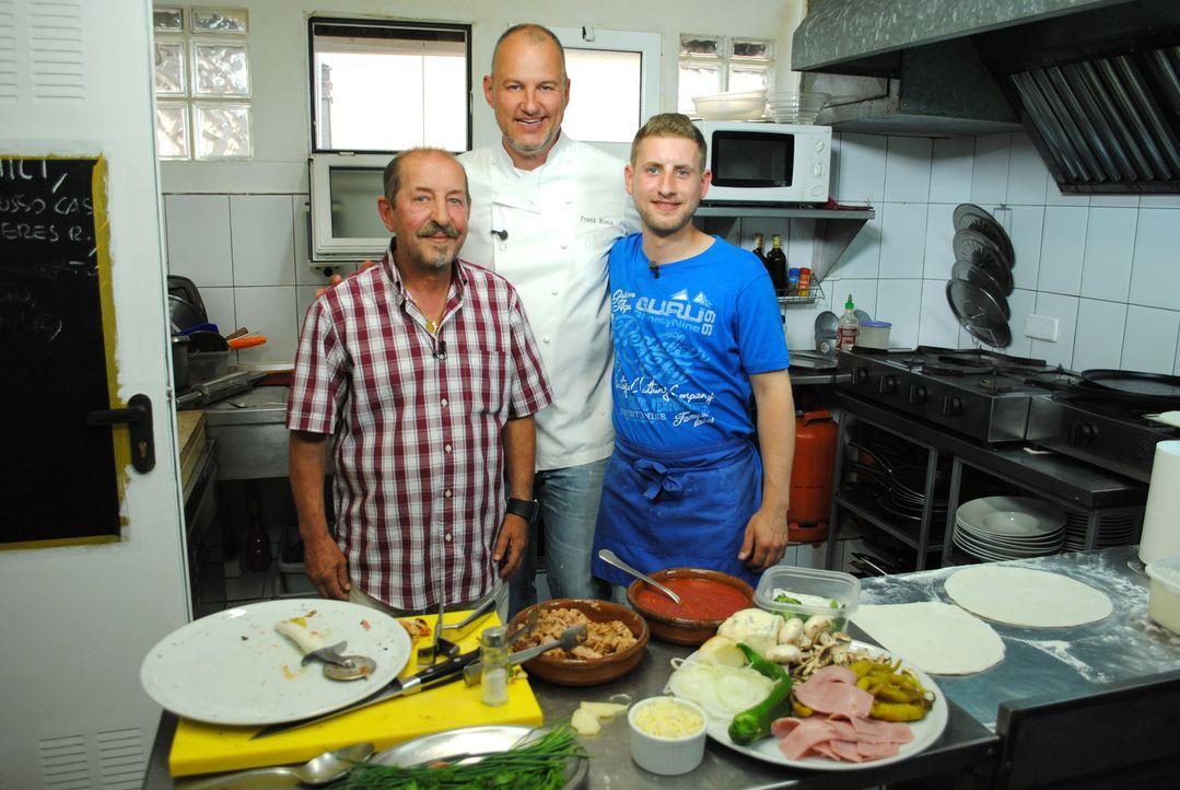 """Das Restaurant """"Fellini"""" auf Mallorca wird seit fünf Jahren von Raffaele (l.), seiner Frau Carmela und Sohn Enzo (r.) betrieben, doch nun steht es k... - Bildquelle: kabel eins"""