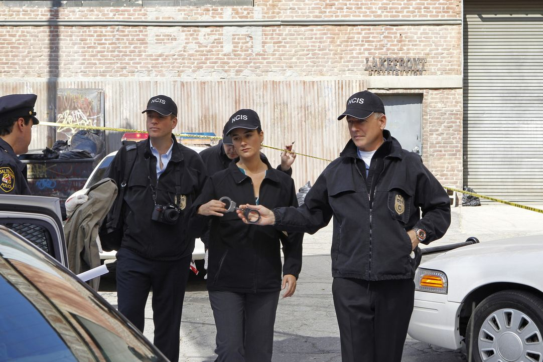 Als Ziva (Cote de Pablo, M.), Tony (Michael Weatherly, l.) und Gibbs (Mark Harmon, r.) den Mord an einem Officer untersuchen, machen sie eine schock... - Bildquelle: 2012 CBS Broadcasting Inc. All Rights Reserved.