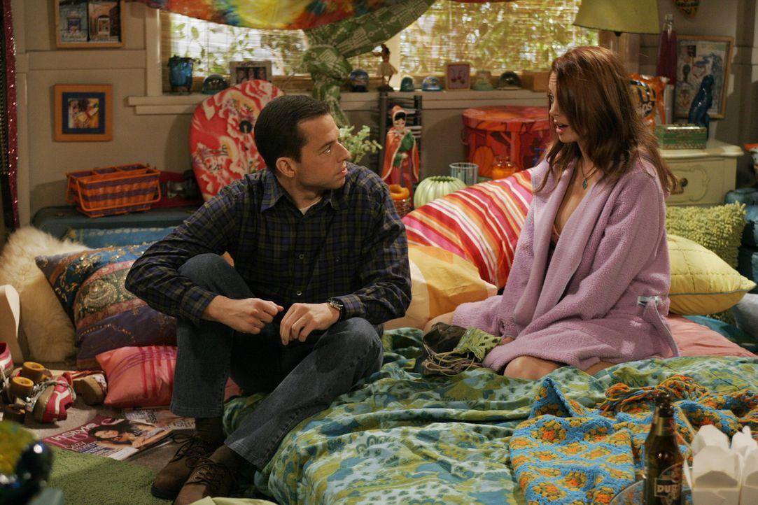 Heimlich verbringt Alan (Jon Cryer, l.) eine Nacht bei seiner neuen, jungen, sexhungrigen Freundin Kandi (April Bowlby, r.) ... - Bildquelle: Warner Brothers Entertainment Inc.