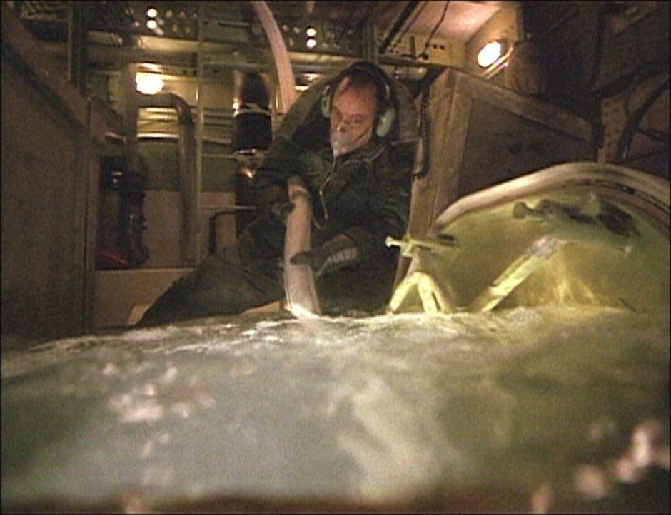 Captain George Bouchard (John de Lancie) füllt den vorderen Frachtraum mit Wasser.