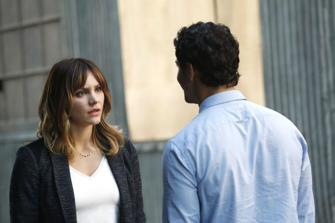 Paige (Katharine McPhee, l.) ist entsetzt, als sie erfährt, dass Walter (Elyes Gabel, r.) und die anderen ihren Exfreund ausspioniert haben ... - Bildquelle: Cliff Lipson 2014 CBS Broadcasting, Inc. All Rights Reserved