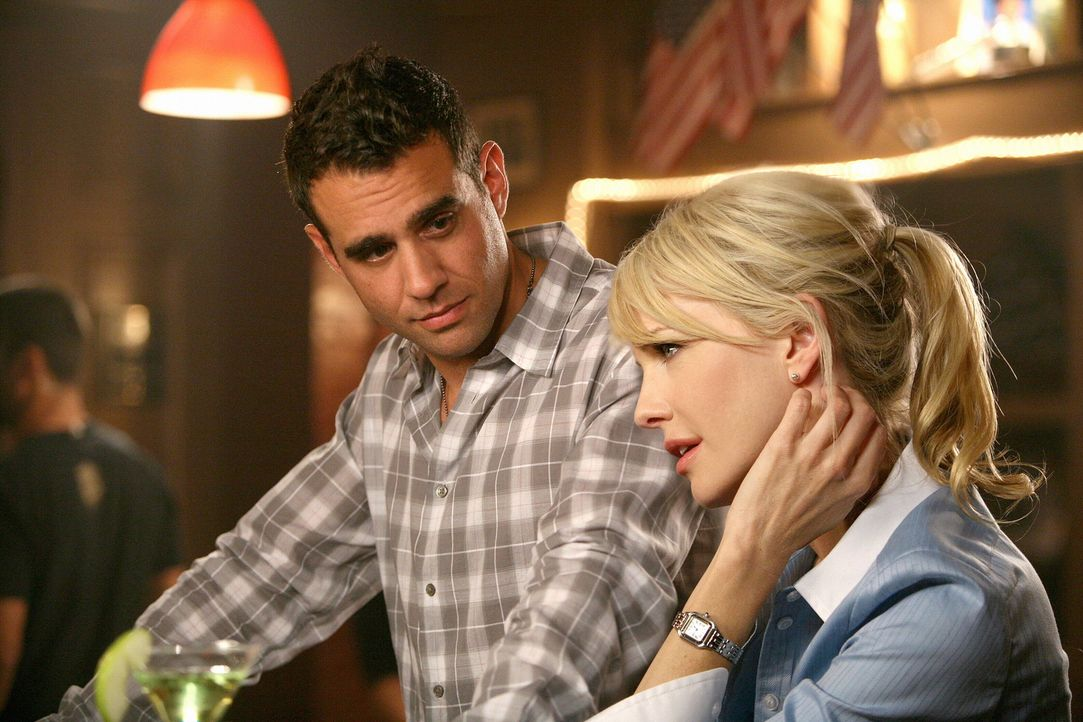 Der 35 Jahre zurückliegende Mord an einem College-Football-Star beschäftigt Eddie (Bobby Cannavale, l.) und Lilly (Kathryn Morris, r.) auch nach Fei... - Bildquelle: Warner Brothers International Television Distribution Inc.