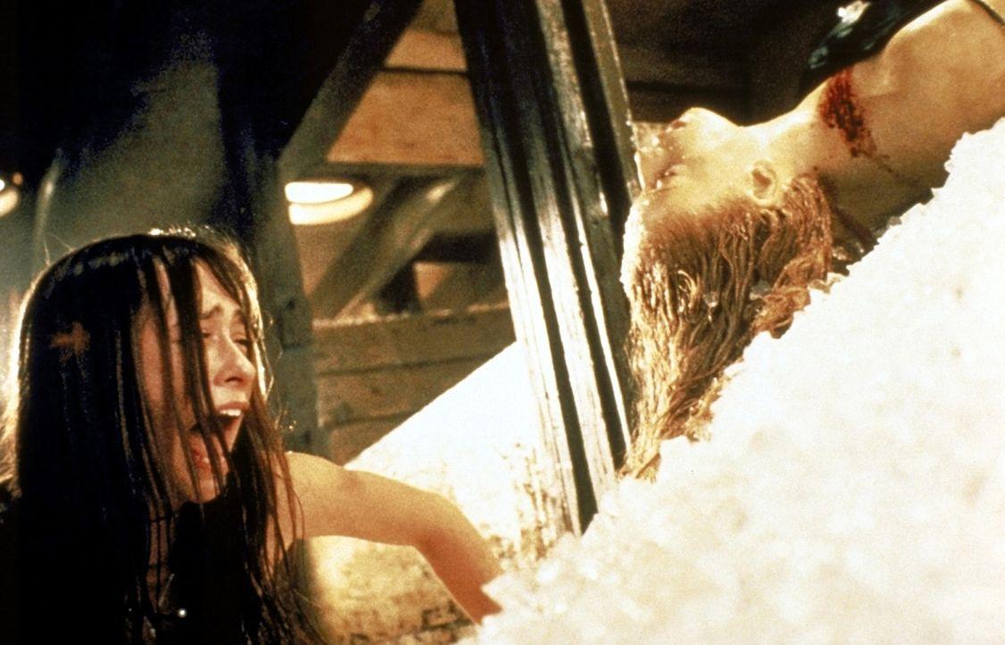 Julie (Jennifer Love Hewitt) findet im Eis eine Leiche ... - Bildquelle: Columbia Pictures