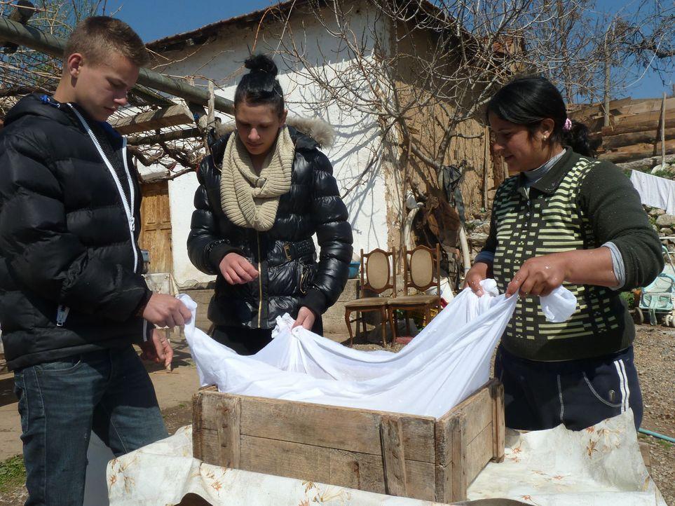 David (l.) und Angelina (M.) sollen ihrer Gastmutter beim Herstellen von Käse helfen. Die Begeisterung der verwöhnten Teenager hält sich in Grenz... - Bildquelle: kabel eins