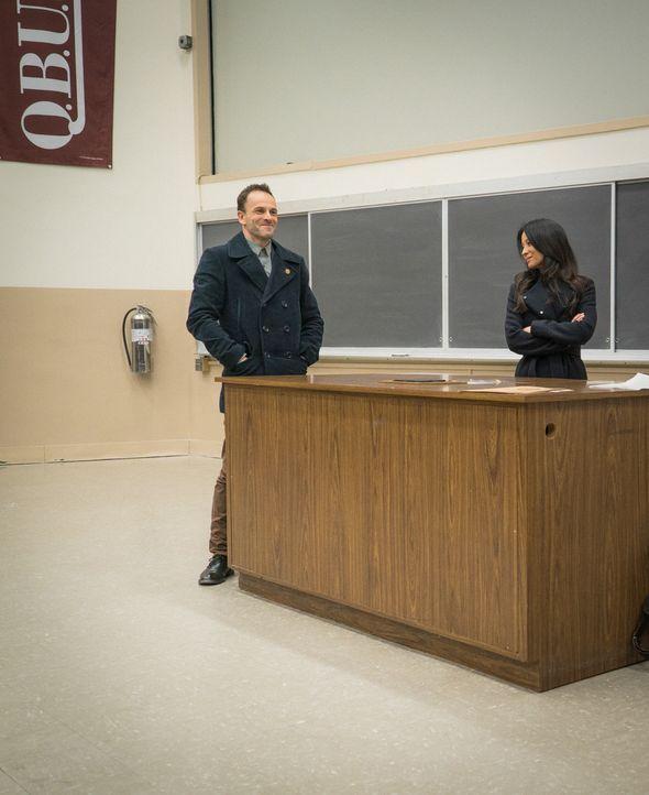 Sherlock Holmes (Jonny Lee Miller, l.) und Joan Watson (Lucy Liu, r.) machen sich auf die Suche nach einem Mörder, der giftige Pilze benutzt hat, um... - Bildquelle: Michael Parmelee 2015 CBS Broadcasting Inc. All Rights Reserved.