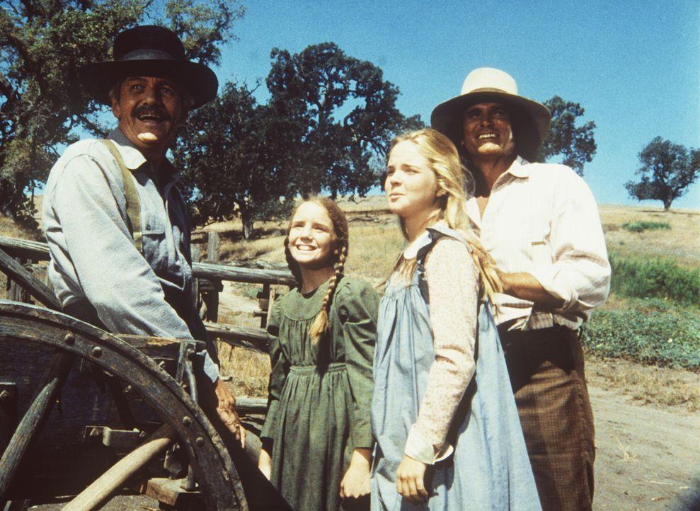 Lansford Ingalls (Arthur Hill, l.) wird von Laura (Melissa Gilbert, 2.v.l.), Mary (Melissa Sue Anderson) und Charles (Michael Landon, r.) sehr herzl... - Bildquelle: Worldvision