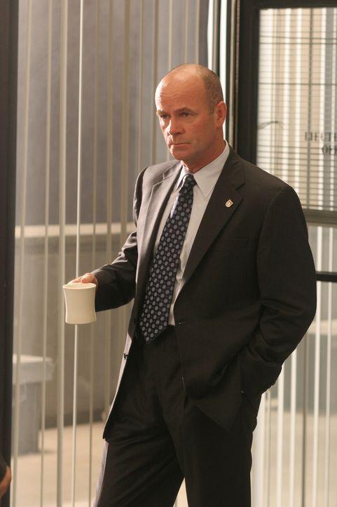 Lt. John Stillman (John Finn) bespricht mit seinem Team die Vorgehensweise im aktuellen Fall ... - Bildquelle: Warner Bros. Television