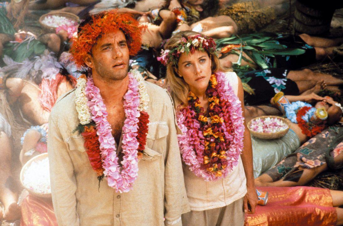 Am Vulkanrand lassen sich Joe (Tom Hanks, l.) und Patricia (Meg Ryan, r.) vom Häuptling trauen, bevor sie todesmutig in die Tiefe springen ... - Bildquelle: Warner Bros.