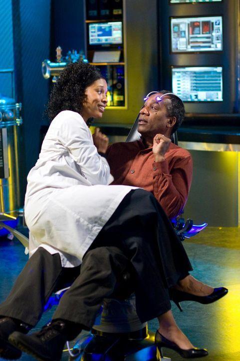 Henry (Joe Morton, r.) kann es nicht mehr aushalten und erzählt Grace (Tembi Locke, l.) von der Zeitreise. Doch welche Auswirkungen mag dieses Ereig... - Bildquelle: Universal Television