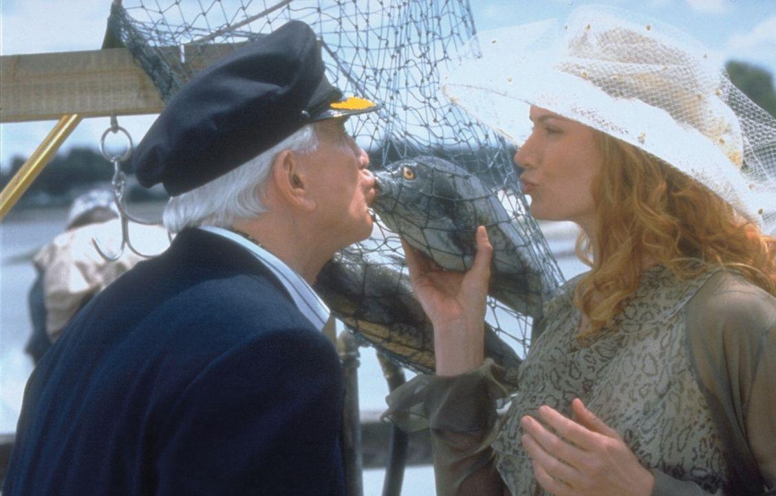 Statt verführerischer Lippen (Kelly Lynch. r.) küsst der fast blinde Millionär Mr. Magoo (Leslie Nielsen, l.) einen toten Fisch, denn er weigert... - Bildquelle: Walt Disney Pictures