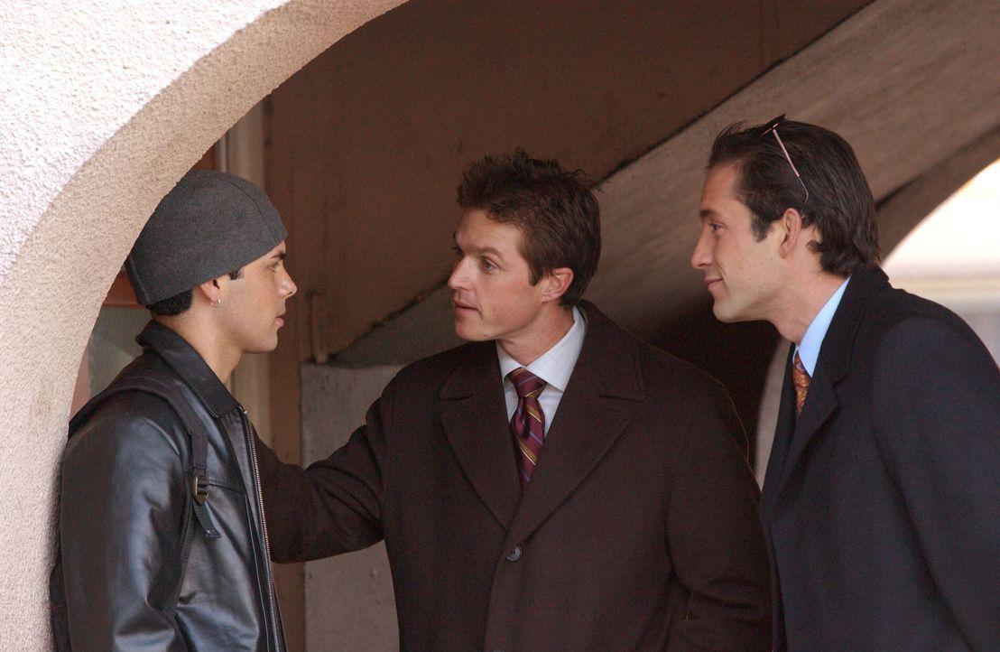 Bei ihren Recherchen stoßen Martin (Eric Close, M.) und Danny (Enrique Murciano, r.) auf Mace (Michael Saucedo, l.). Hat er mit dem Verschwinden von... - Bildquelle: Warner Bros. Entertainment Inc.
