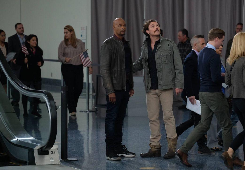 Riggs (Clayne Crawford, M.r.) und Murtaugh (Damon Wayans, M.l.) müssen mit der Unterstützung von Palmer die ehemalige Freundin des Kartellbosses Tit... - Bildquelle: 2016 Warner Brothers