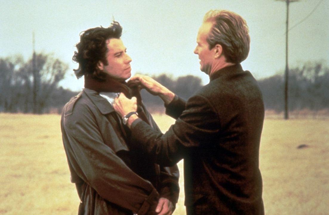 Kaum gefunden, lässt sich Michael (John Travolta, l.) von Frank (William Hurt, r.) und seinen Kollegen überreden, mit nach Chicago zu kommen ... - Bildquelle: Warner Brothers