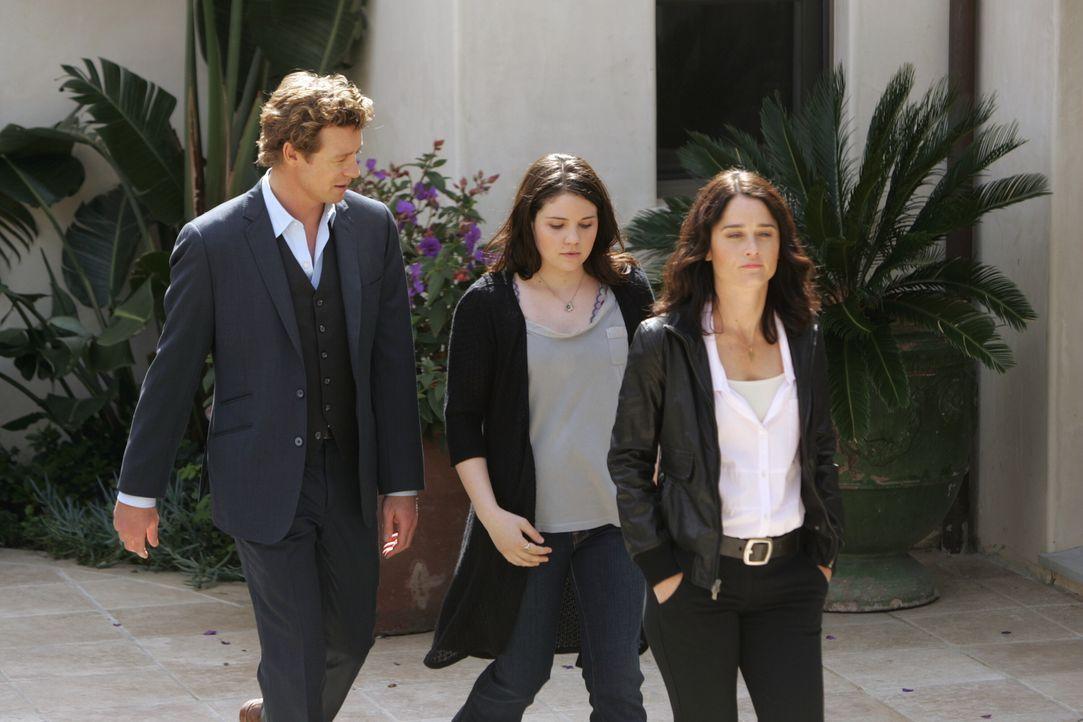 Sydneys (Sarah Foret, M.) Vater Felix Hanson wurde tot aufgefunden. Patrick (Simon Baker, l.) und Teresa (Robin Tunney, r.) ermitteln und sind sich... - Bildquelle: Warner Bros. Television