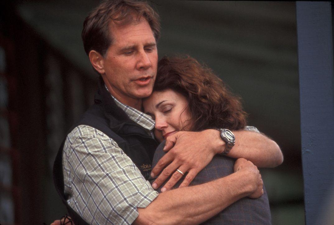 Um ihrer Tochter ihren neuen Stiefvater (Parker Stevenson, l.) näher zu bringen, beschließt die Vulkanologin Dr. Janet Fraser (Lynda Carter, r.),... - Bildquelle: Regent Entertainment