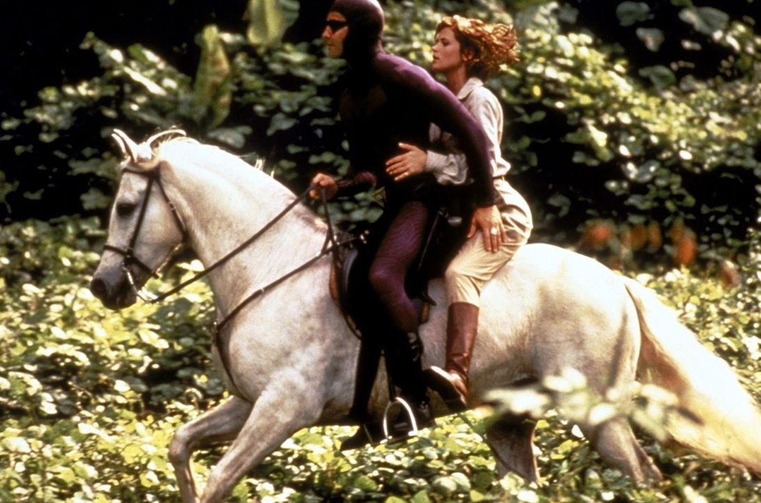 Es entbrennt ein Kampf zwischen den Guten, das Phantom (Billy Zane, l.) und Diana (Kristy Swanson, r.), und den Bösen, denn wer die drei Totenköpf... - Bildquelle: Paramount Pictures
