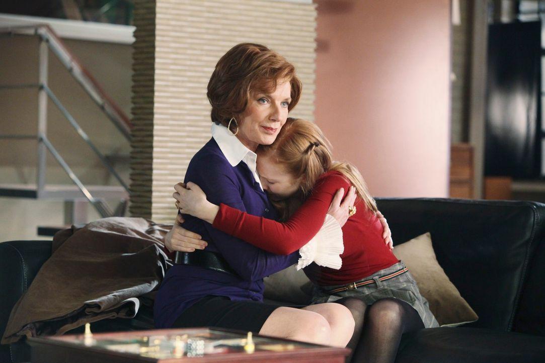 Der todgeglaubte Serienmörder ist ganz offensichtlich noch am Leben. Alexis (Molly C. Quinn, r.) und Martha (Susan Sullivan, l.) machen sich Sorgen... - Bildquelle: ABC Studios