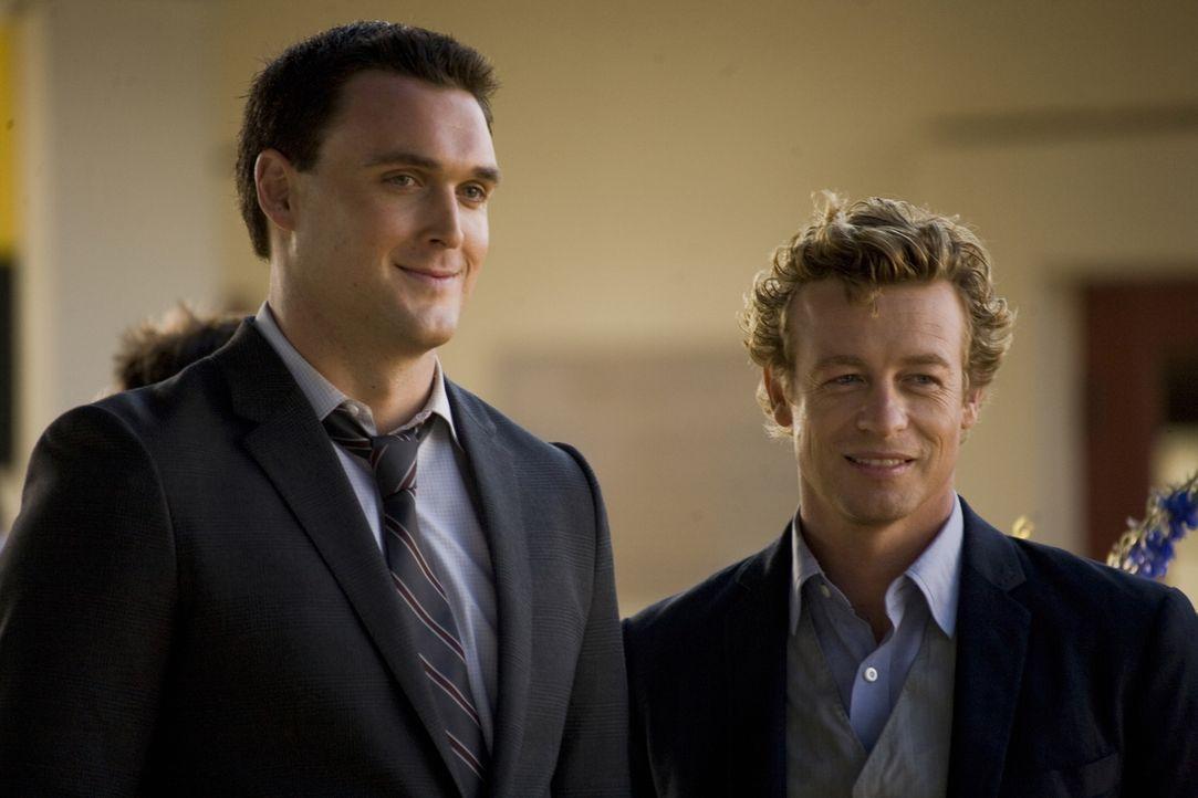 Sollen den Mord an dem reichen Investmentbanker Jason Sands aufklären: Patrick Jane (Simon Baker, r.) und Wayne Rigsby (Owain Yeoman, l.) ... - Bildquelle: Warner Bros. Television