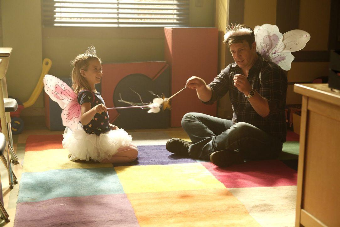 Auch wenn Castle (Nathan Fillion, r.) und die kleine Emily (Rachel Eggleston, l.) ein Herz und eine Seele sind: Der Ermittler kommt einfach nicht an... - Bildquelle: Nicole Wilder ABC Studios