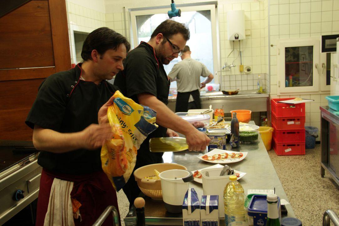 """Das Team vom """"Landgasthof Schmid - Zum Spatzl"""" hofft auf die Hilfe von Frank Rosin - denn das Augsburger Restaurant steht kurz vor dem wirtschaftlic... - Bildquelle: kabel eins"""