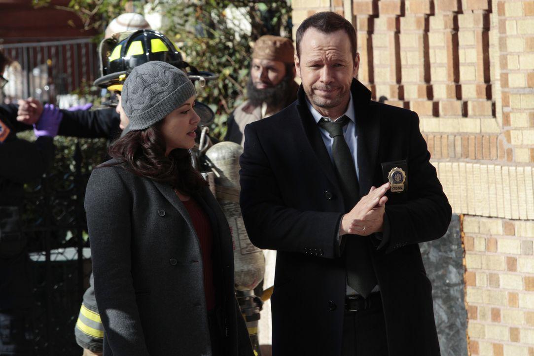 In einer Moschee geht eine Bombe hoch. Danny (Donnie Wahlberg, r.) und Baez (Marisa Ramirez, l.) nehmen sich der Sache an, haben jedoch nicht mit de... - Bildquelle: 2013 CBS Broadcasting Inc. All Rights Reserved.