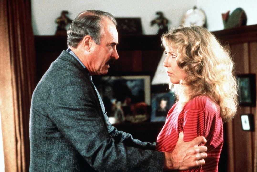 Überraschenderweise kommt Burt Simpson (Dabney Coleman, l.) seiner geschiedenen Frau Carolyn (Teri Garr, r.) wieder näher ... - Bildquelle: ITV plc (Granada International)