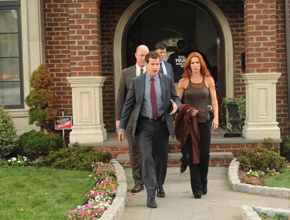 Ein Ehepaar wird erschossen in seiner Küche aufgefunden. Carrie (Poppy Montgomery, vorne r.) und Al (Dylan Walsh, vorne l.) beginnen mit den Ermittl... - Bildquelle: 2011 CBS Broadcasting Inc. All Rights Reserved.