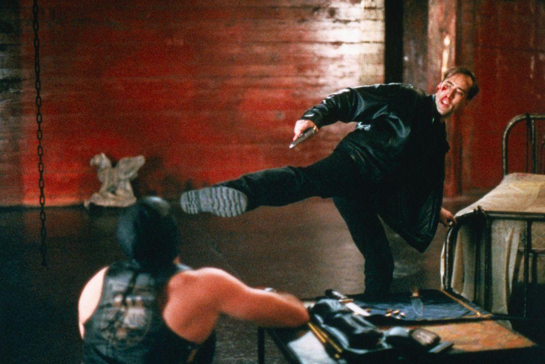 Tom (Nicolas Cage, r.) lehrt Machine (Chris Bauer, l.) das Fürchten ... - Bildquelle: Columbia Pictures