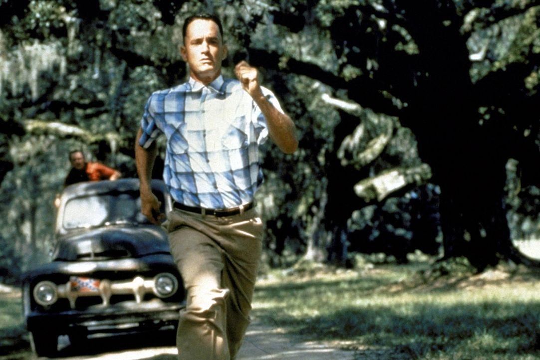 """""""Lauf, Forrest, lauf! Vergiss deine Schienen und lauf!"""" Dieser Rat von Jenny verändert Forrests (Tom Hanks, vorne) Leben von Grund auf ... - Bildquelle: Paramount Pictures"""