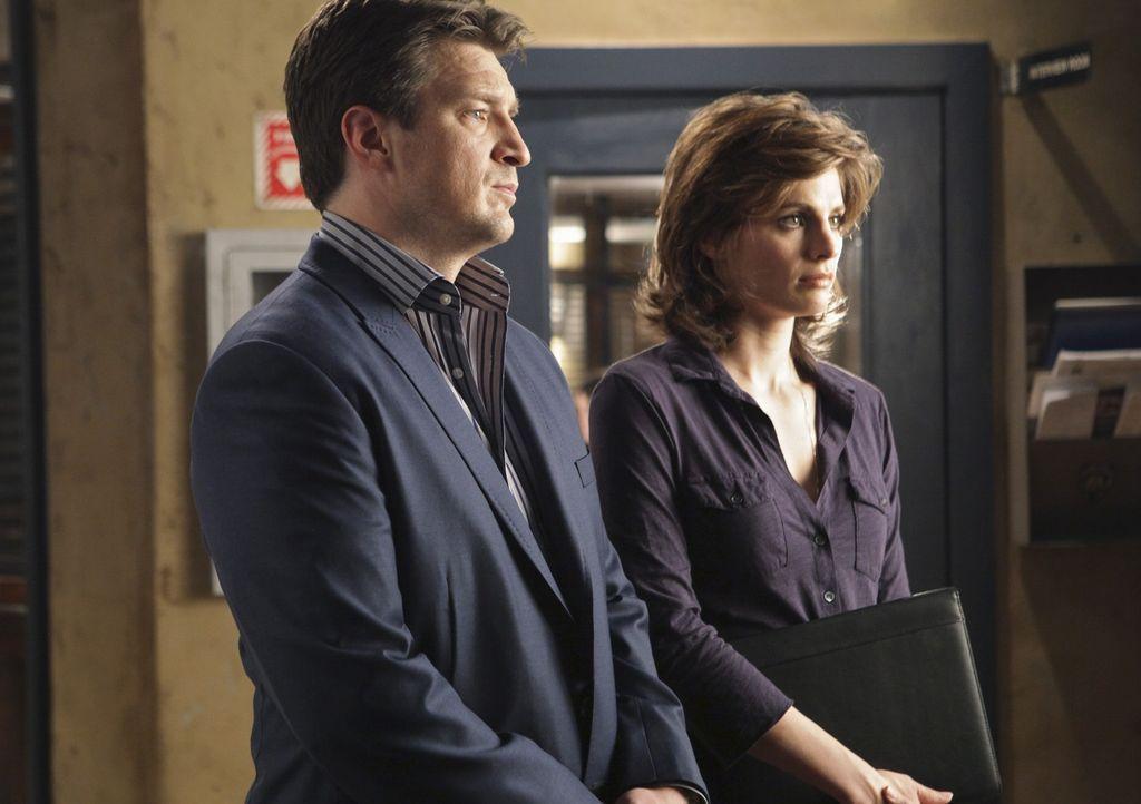 Beckett (Stana Katic, r.) und Castle (Nathan Fillion, l.) kommen dahinter, dass der Ermordete offensichtlich ein Doppelleben führte ... - Bildquelle: ABC Studios
