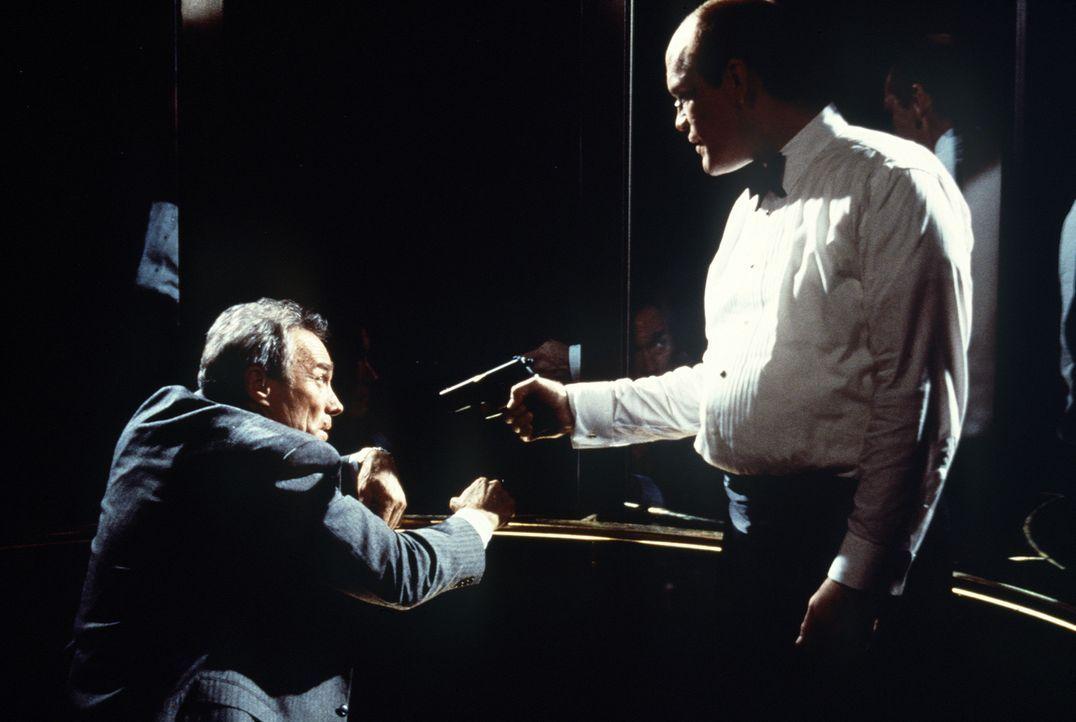 Ein tödliches Duell zwischen den beiden Kontrahenten beginnt: Mitch (John Malkovich, r.), der kurz zuvor die Schüsse auf den Präsidenten abgegebe... - Bildquelle: Columbia Pictures