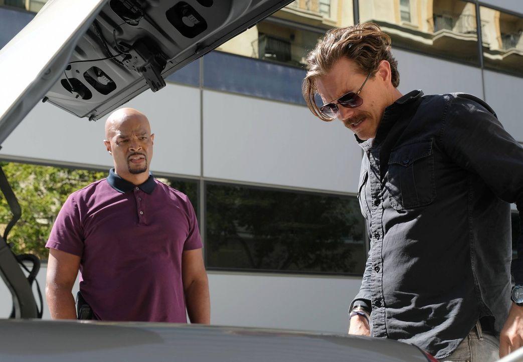 Nachdem Riggs (Clayne Crawford, r.) und Murtaugh (Damon Wayans, l.) den Drogenboss Tito in Mexiko verhaftet und gefesselt im Kofferraum über die Gre... - Bildquelle: Warner Brothers