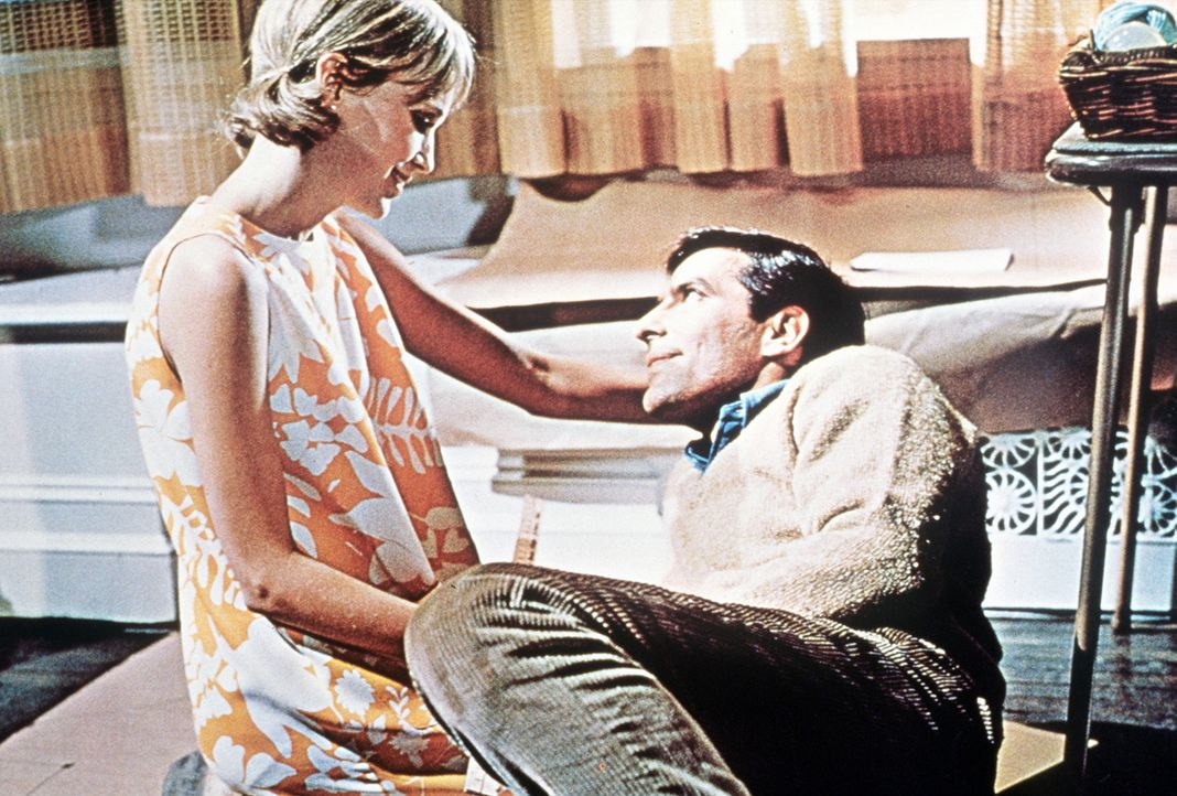 Das junge Ehepaar Guy (John Cassavetes, r.) und Rosemarie Woodhouse (Mia Farrow, l.) ist sehr glücklich in seiner neuen New Yorker Wohnung ... - Bildquelle: Paramount Pictures