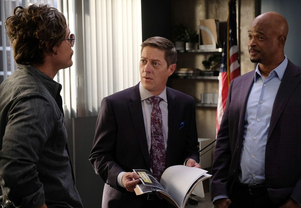 Nimmt Avery (Kevin Rahm, M.) Riggs (Clayne Crawford, l.) die Polizeimarke ab? Riggs' Eskapaden bereiten auch Murtaugh (Damon Wayans, r.) große Sorge... - Bildquelle: Warner Brothers