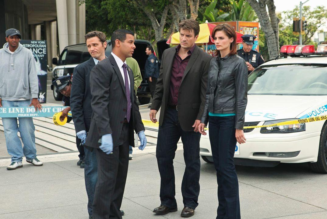 Ein seltsamer Mordfall macht Kevin Ryan (Seamus Dever, 2.v.l.), Javier Esposito (Jon Huertas, M.), Castle (Nathan Fillion, 2.v.r.) und Kate Beckett... - Bildquelle: ABC Studios