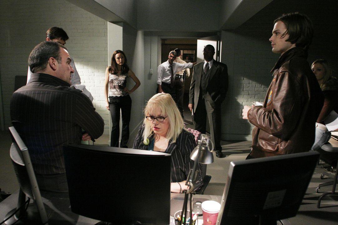 Haben einen schwierigen Fall zu lösen: Special Agent Jason Gideon (Mandy Patinkin, l.), Agent Aaron Hotchner (Thomas Gibson, 2.v.l.), Agentin Elle... - Bildquelle: Touchstone Television