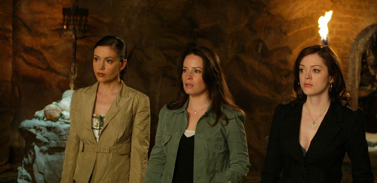 Zaunkous Plan, Paige (Rose McGowan, r.), Phoebe (Alyssa Milano, l.) und Piper (Holly Marie Combs, M.) anfällig zu machen, um Kontrolle über das Buch... - Bildquelle: Paramount Pictures