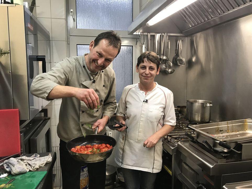 """In der Küche von """"Benders Gasthaus"""" haben Jürgen Bender (l.) und Köchin Melanie (r.) das Sagen...  Nehmen sie die Hife von Starkoch Frank Rosin an u... - Bildquelle: kabel eins"""