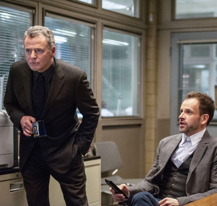 Ermitteln in einem neuen Mordfall: Sherlock Holmes (Jonny Lee Miller, r.) und Gregson (Aidan Quinn, l.) ... - Bildquelle: CBS Television
