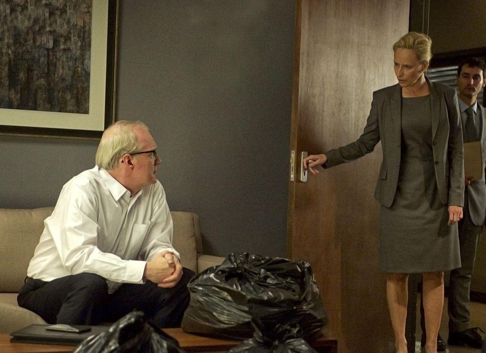 Martha Boyd (Laila Robins, M.) ist entsetzt, als CIA-Chef Andrew Lockhart (Tracy Letts, l.) ihre Arbeit der letzten Jahre mit dem pakistanischen Mil... - Bildquelle: Homeland   2014 Twentieth Century Fox Film Corporation