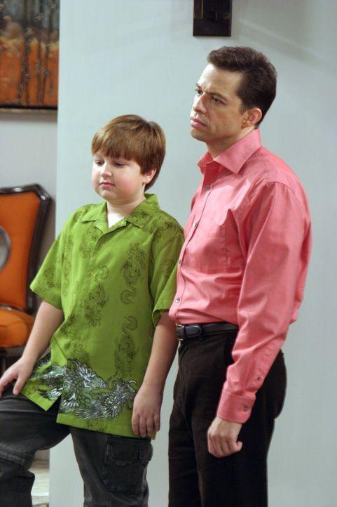 Warten gespannt auf die ersten Gäste: Jake (Angus T. Jones, l.) und Alan (Jon Cryer, r.) ... - Bildquelle: Warner Bros. Television