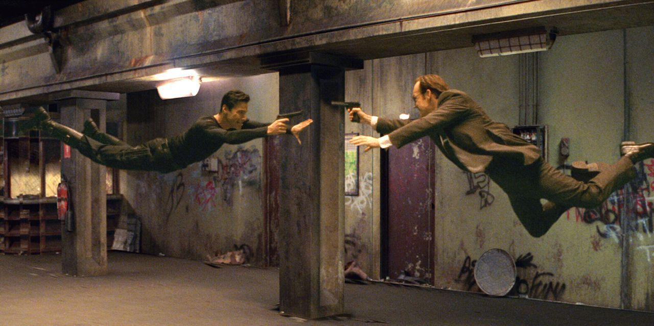 Mit seinem Erzfeind, Agent Smith (Hugo Weaving, r.) liefert sich Neo (Keanu Reeves, l.) atemberaubende Duelle. - Bildquelle: Warner Bros. Pictures