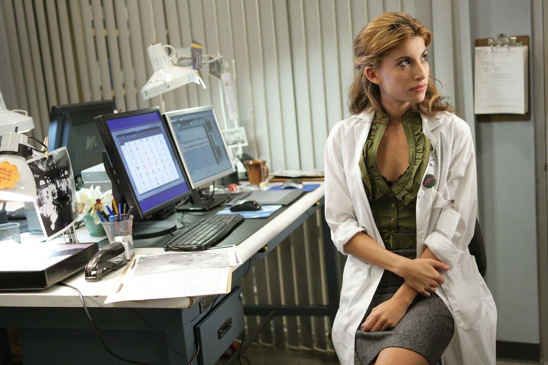 Von einem Kollegen wird Frankie (Tania Raymonde) um Hilfe gebeten ... - Bildquelle: Warner Bros. Television