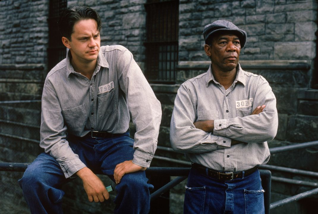 Seit zwanzig Jahren sitzt Andys (Tim Robbins, l.) neuer Freund und Schicksalsgenosse Red (Morgan Freeman, r.) ein. Auf eine Begnadigung wartet diese... - Bildquelle: 1994 Warner Bros. Entertainment Inc. All Rights Reserved.