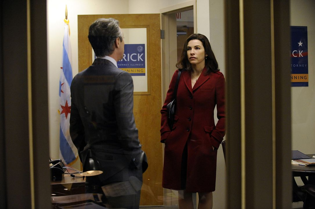 Eli Gold (Alan Cumming, l.) hat eine pikante Nachricht für Alicia Florrick (Julianna Margulies, r.) ... - Bildquelle: CBS   2011 CBS Broadcasting Inc. All Rights Reserved.