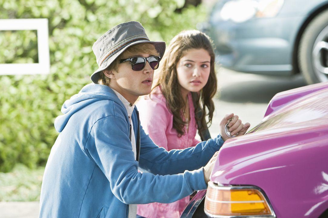 In Deckung: Auf der Flucht vor Boulevardreportern trifft Teenie-Schwarm und Sänger Christopher Wilde (Sterling Knight, l.) auf das Kleinstadtmädch... - Bildquelle: Disney