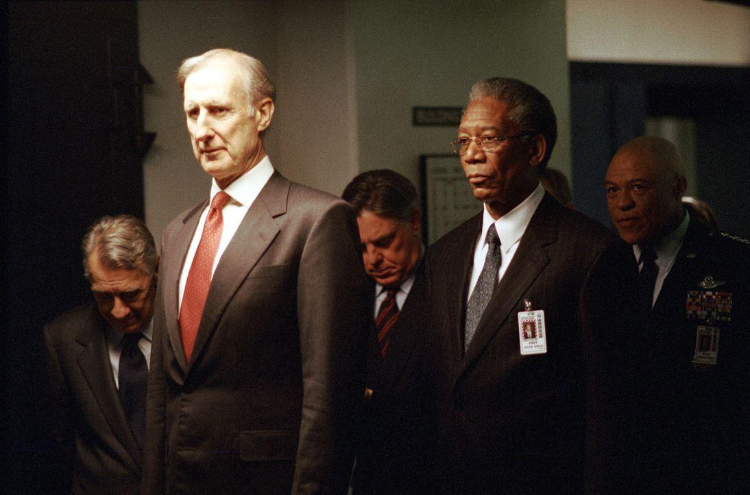 Steckt die Sowjetunion hinter dem Anschlag oder waren es doch nur Terroristen? Der Krisenstab (v.l.n.r.: James Cromwell, Bruce McGill, Morgan Freema... - Bildquelle: Paramount Pictures
