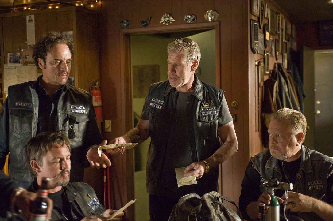 Ein neuer Deal ist offiziell besiegelt. Clay (Ron Perlman, 2.v.r.) verteilt den Erlös an Tig (Kim Coates, hinten l.), Chibs (Tommy Flanagan, vorne... - Bildquelle: 2008 FX Networks, LLC. All rights reserved.