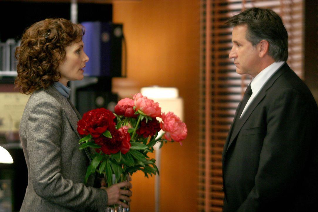 Jack Malone (Anthony LaPaglia, r.) überrascht Anne Cassidy (Mary Elizabeth Mastrantonio, l.) mit einem Blumenstrauß ... - Bildquelle: Warner Bros. Entertainment Inc.