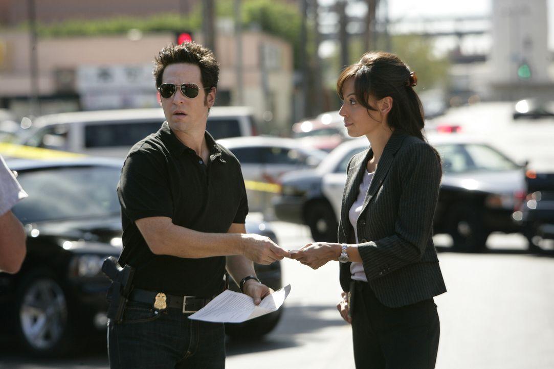 Ein neuer Fall beschäftigt Don Eppes (Rob Morrow, l.), Liz Warner (Aya Sumika, r.) und das restliche Team ... - Bildquelle: Paramount Network Television